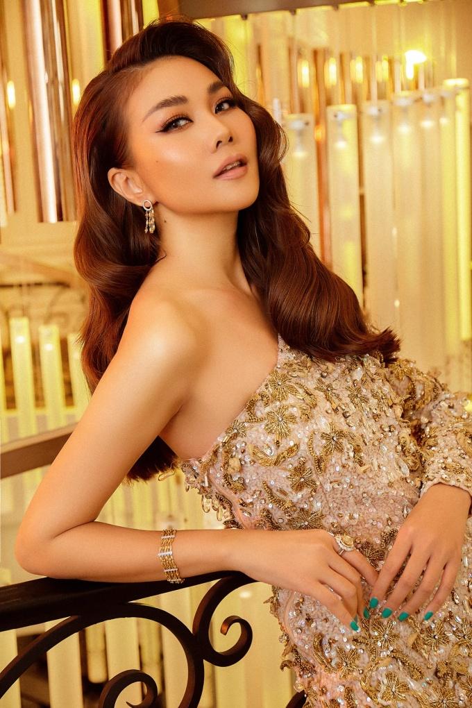 <p> Đầm dài lệch vai sắc vàng óng ánh, đính kết tỉ mỉ, kết hợp phụ kiện đồng điệu khiến Thanh Hằng trở nên kiêu sa.</p>