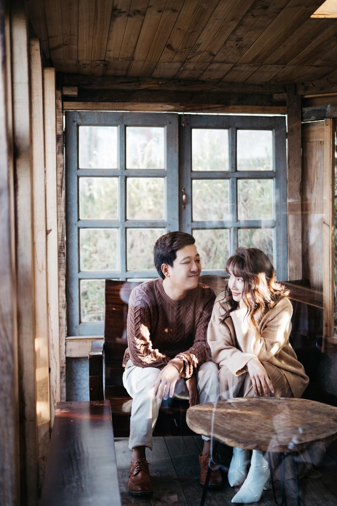 <p> Cả hai như đôi tình nhân thuở mới yêu nhau. Trường Giang luôn dành cho vợ sự âu yếm qua ánh mắt.</p>