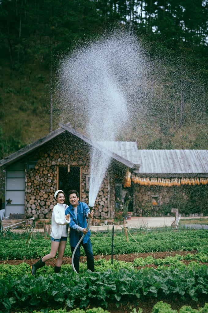 <p> Việc được cùng nhau trồng rau, chăm sóc cây cối quanh nhà sau những ngày lao động nghệ thuật là điều cả hai mong muốn.</p>