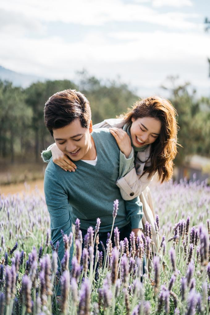 <p> Dù bận rộn với công việc, cả hai luôn cố gắng dành thời gian cho gia đình nhỏ. Họ hiểu rằng, dù ở ngoài kia có nổi tiếng tới đâu, thì hạnh phúc bình dị của gia đình, những khoảnh khắc an lành bên nhau mới là điều quan trọng nhất.</p>