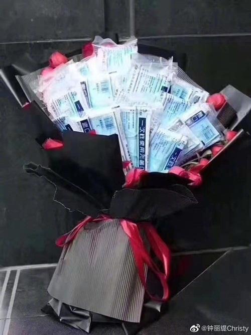 Nữ diễn viên Chung Lệ Đề cũng chia sẻ hình bó hoa khẩu trang y tế lớn giữa những bông hồng đỏ. Cô thích thú với lời tỏ tình đặc biệt trong ngày lễ tình nhân, đồng thời gửi lời cổ vũ Vũ Hán cố lên! Trung Quốc cố lên!.