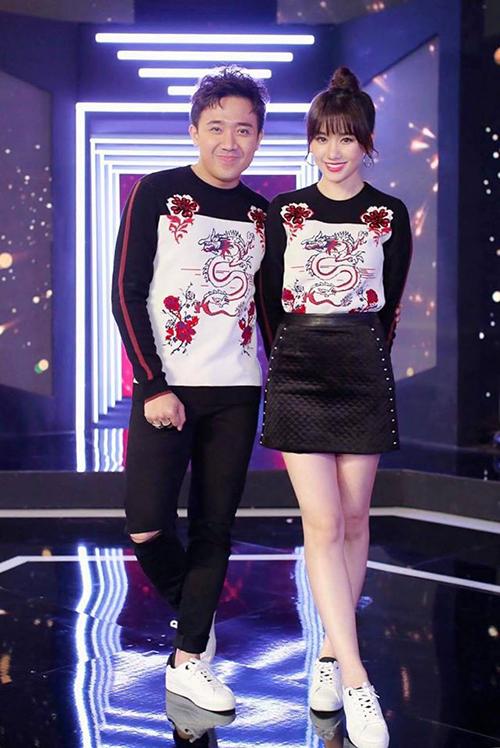 Sở trường của Trấn Thành và Hari Won là mặc đồ đôi nguyên cây. Cặp đôi vốn yêu thích thời trang nên không ngại sắm đồ hiệu từ đầu đến chân giống hệt nhau.