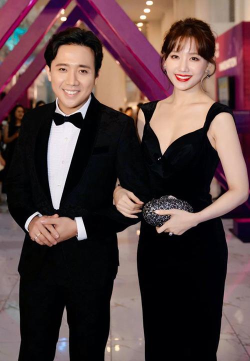 Sau 4 năm bên nhau, Trấn Thành - Hari Won ngày càng mặn nồng và đẹp đôi. Cả hai luôn xuất hiện trong các sự kiện với trang phục ăn ý, thể hiện sự chỉn chu, đầu tư cho vẻ ngoài.
