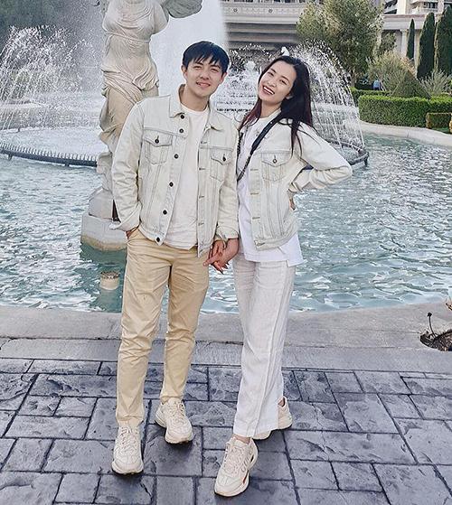 Trong những chuyến du lịch, cặp đôi tươi trẻ với đồ tông xuyệt tông.