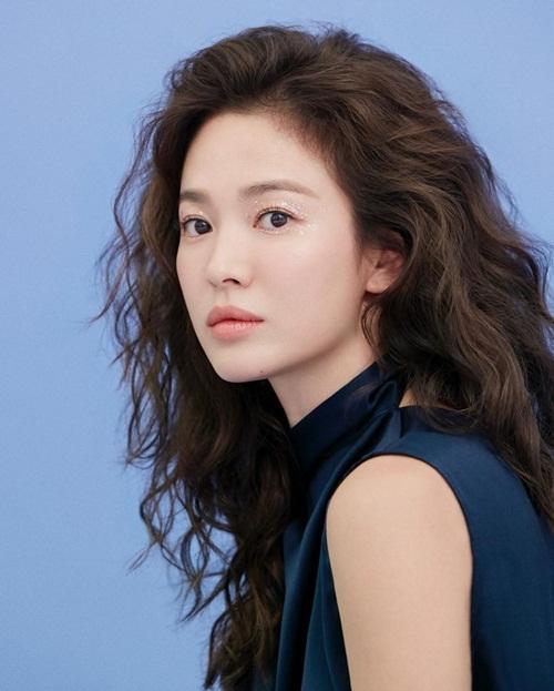 Song Hye Kyo mới lạ, trẻ trung với mái tóc xoăn và kiểu trang điểm mắt lấp lánh.