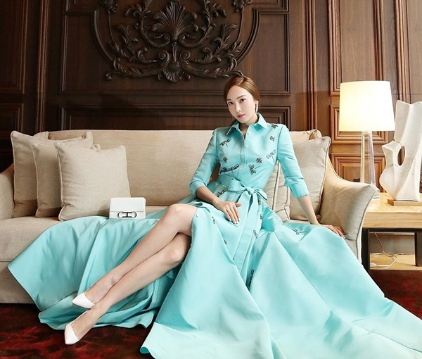 Jessica như tiểu thư quyền quý trong bộ váy màu xanh bạc hà thanh lịch.