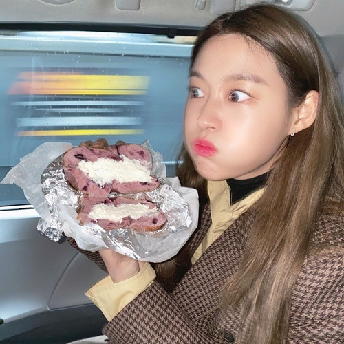 Seol Hyun phồng má trợn mắt khi ăn bánh kem. Biểu cảm của cô nàng không biết là món này ngon đến mức choáng váng hay đáng sợ như trúng độc.