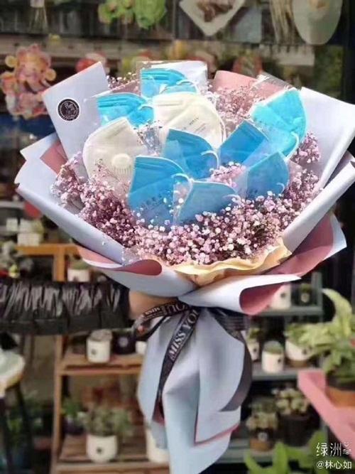 Lâm Tâm Như đăng hình chụp một bó hoa đặc biệt cho lễ tình nhân năm nay - bó hoa làm từ những chiếc khẩu trang phòng dịch. Ngày đặc biệt, món quà cũng đặc biệt. Happy Valentine. Cố lên, chúng ta luôn bên nhau, nữ diễn viên viết lời động viên mọi người trong ngày lễ tình nhân không quên phòng chống dịch Covid-19.