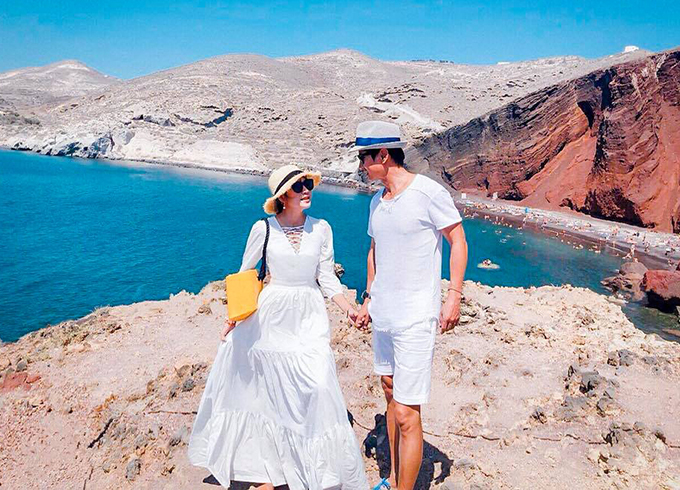 Dù có 4 con, cặp đôi vẫn thường xuyên hâm nóng tình cảm bằng những chuyến du lịch khắp thế giới. Mỗi một lần, hai vợ chồng đều lên đồ rất ăn rơ và đẹp mắt.