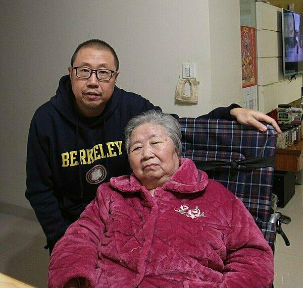 Huang, 50 tuổi, sống cùng với mẹ của mình ở thành phố bị phong tỏa ở Zhichang. Ảnh: NyTimes.