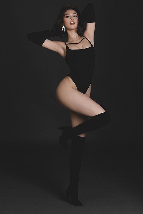 Trong bộ ảnh mới thực hiện, Ngọc Trinh đổi gió với hình tượng cá tính và sắc lạnh. Cô diện bộ bodysuit cắt xẻ táo bạo, khoét cao quá hông để tôn vòng ba.