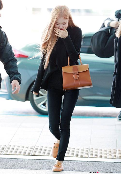Style mix đồ yêu thích khiến nữ idol không ít lần lộ đôi chân chưa được hoàn hảo.