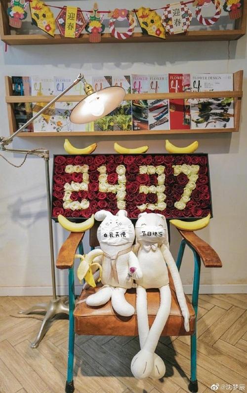 Nữ diễn viên - MC Thẩm Mộng Thần khoe món quà nhận được từ vị hôn phu Đỗ Hải Đào là những bông hồng xếp thành số 2437 - số ngày hai người yêu nhau, cùng hai chú thỏ bông đeo khẩu trang.