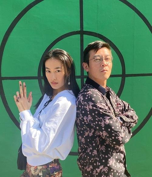 Trần Quán Hy đăng ảnh tạo dáng tựa lưng với vợ - người mẫu Tần Thư Bồi trên Instagram.