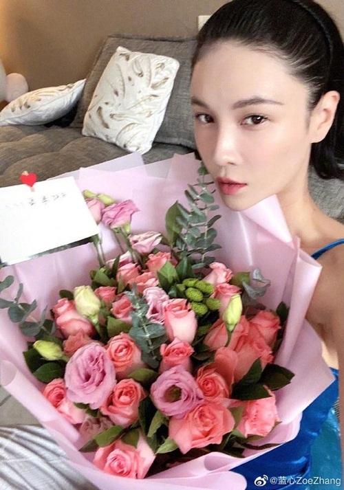 Long nữ lang Trương Lam Tâm nhận được bó hoa hồng từ Tinh nữ lang Lâm Doãn. Cô tiết lộ đã 3 năm liền nhận được bó hoa tình bạn vào Valentine từ Lâm Doãn.