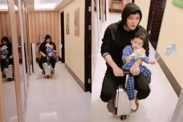 Chôn chân ở nhà vì dịch bệnh, nam diễn viên Lý Giai Hàng có nhiều thời gian chơi cùng con trai nhỏ. Anh đăng video ôm con ngồi trên vali trượt khắp nhà, trên tay cậu bé còn cầm chong chóng.