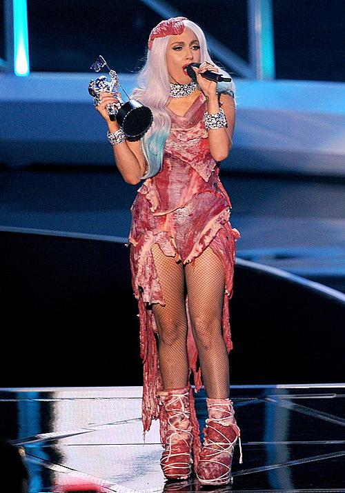 Váy thịt bò gây sửng sốt của Lady Gaga tại lễ trao giải VMA 2010.