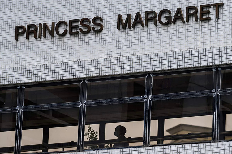 Người đàn ông ở trong tình trạng nguy kịch sau khi bị khó thở trong hơn 10 ngày ở bệnh viện Princess Margaret. Ảnh: AFP.