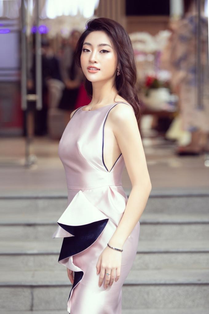 <p> Là đàn em, Lương Thùy Linh chia sẻ ngưỡng mộ Đỗ Mỹ Linh về việc giữ gìn hình ảnh và các hoạt động thiện nguyện. Hiện người đẹp Cao Bằng tập trung vào việc học tại ĐH Ngoại thương và hoàn thành sứ mệnh của đương kim hoa hậu Miss World Vietnam.</p>