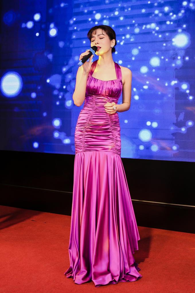 <p> Ca sĩ Lệ Quyên rạng rỡ với chiếc đầm sang trọng. Cô hát tặng mọi người các ca khúc theo phong cách acoustic.</p>