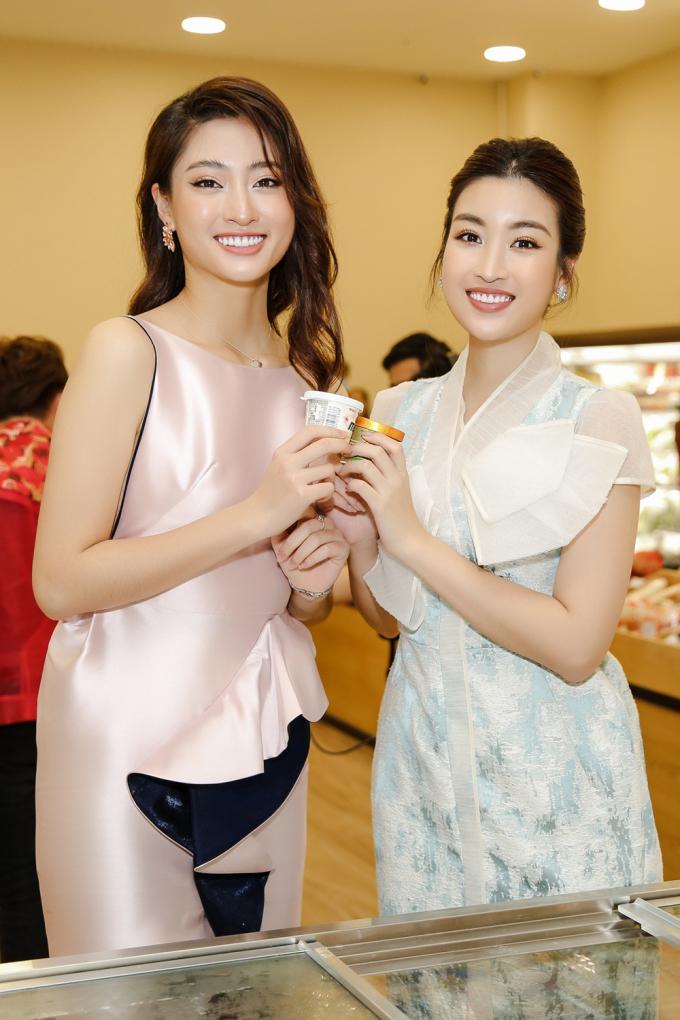 """<p> Hai người đẹp pose hình """"chị chị em em"""". Vốn cùng công ty quản lý kể từ sau khi đăng quang nên hai hoa hậu thân thiết với nhau. Cả hai từng đại diện Việt Nam tham dự đấu trường Miss World.</p>"""