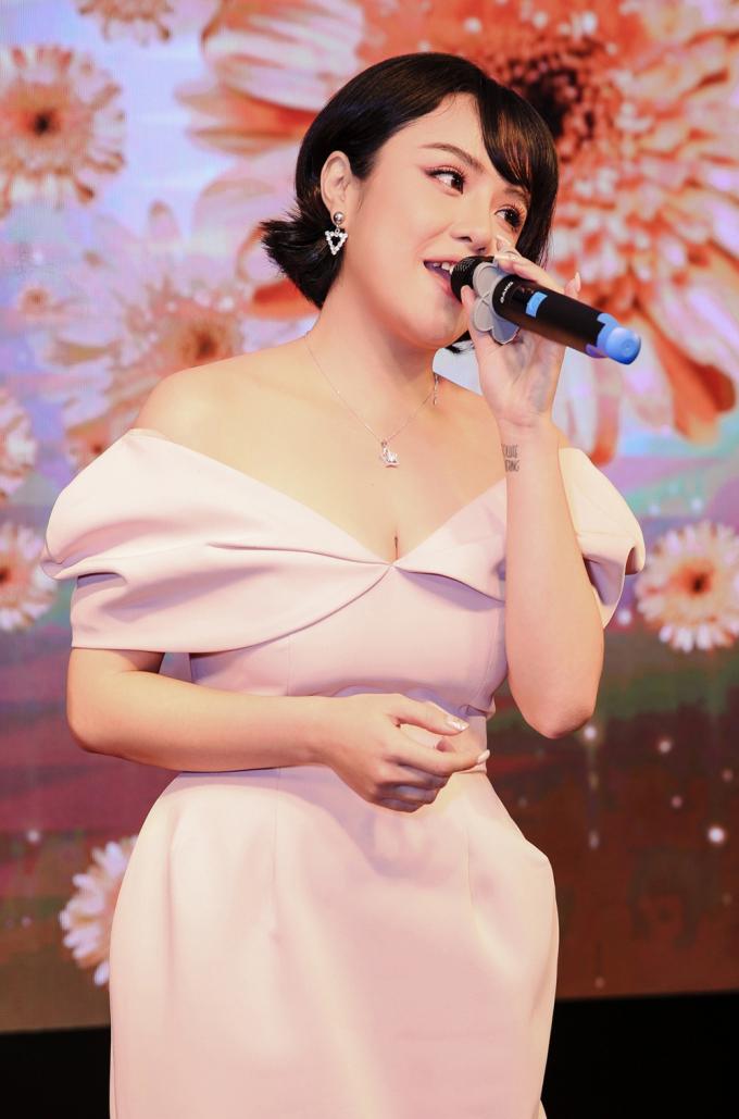 """<p> Nữ ca sĩ gây bất ngờ khi nói tiếng Nhật lưu loát trong phần giao lưu. Cô còn hát tặng mọi người ca khúc """"Sống như những đoá hoa"""" và """"Bonjour Việt Nam"""".</p>"""