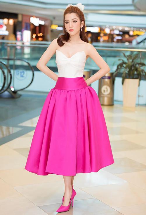 Dự sự kiện ra mắt phim Sắc đẹp dối trá, Puka mặc bộ đầm hồng theo phong cách búp bê của NTK Đỗ Long. Thiết kế gồm áo nơ cúp ngực, đi kèm chân váy xòe bồng, tạo hình ảnh ngọt ngào và cổ điển.