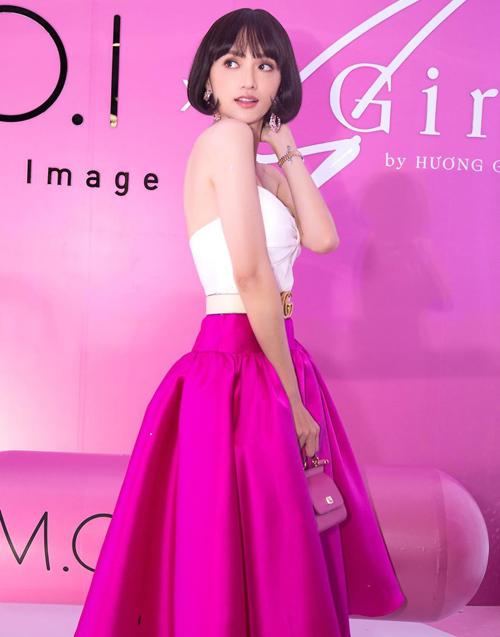 Người mặc thiết kế này đầu tiên là Hoa hậu Hương Giang. Cô chọn kiểu tóc ngắn búp bê và phối loạt phụ kiện cầu kỳ.
