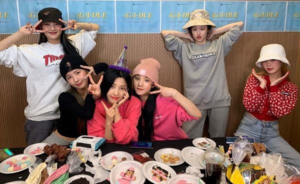 Các cô gái (G)I-DLE có buổi tối Valentine vui vẻ bên nhau.