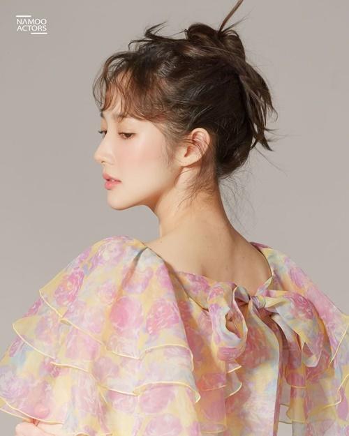 Park Min Young có đường nét ở cổ và xương hàm cuốn hút.