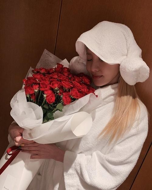 Dara e ấp bên bó hồng đỏ tuy nhiên kiểu buộc khăn ngộ nghĩnh của cô nàng khiến fan bật cười.