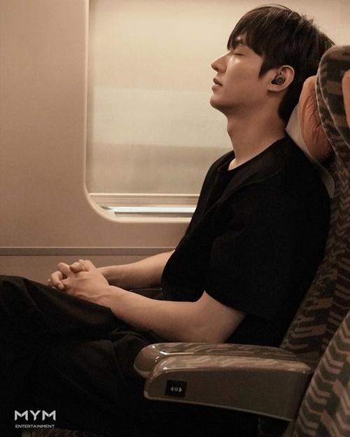 Mỹ nam an tĩnh Lee Min Ho khoe góc nghiêng hoàn hảo.