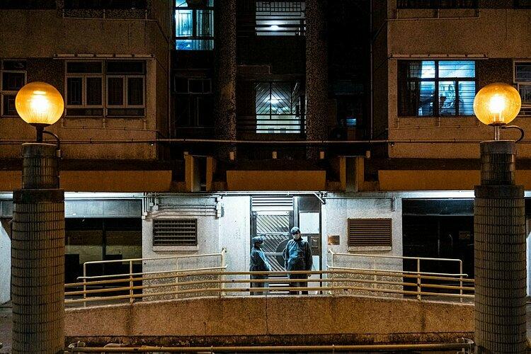Nhân viên y tế tại tòa Hong Mei House ở Hong Kong sáng 11/2, nơi hai cư dân bị nhiễm virus corona. Ảnh: Nytimes