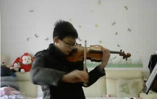 Kevin học đàn violin.