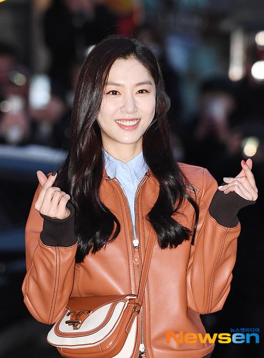 Seo Ji Hye ghi điểm bởi vẻ đẹp trẻ trung, nụ cười tươi tắn.