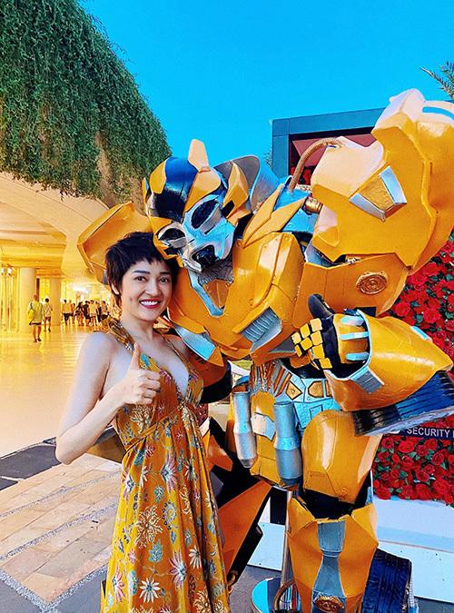 Bảo Anh thích thú pose hình với nhân vật Bumblebee.