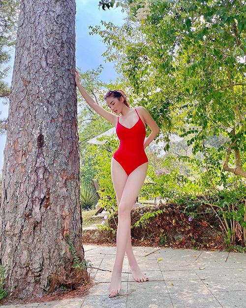 Kỳ Duyên khoe đôi chân thon dài khi diện bikini.