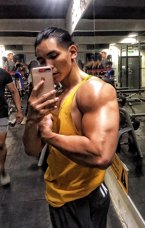 Will khoe cơ bắp trong phòng tập gym.