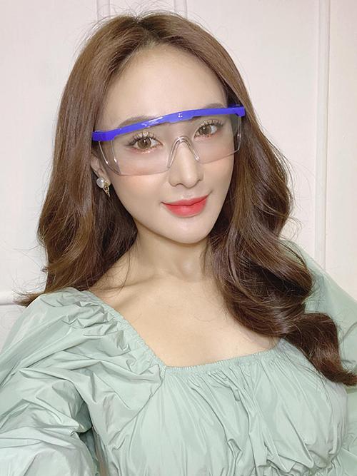 Kelly Nguyễn tậu kính chống corona.