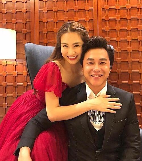 Hòa Minzy bên bạn trai.
