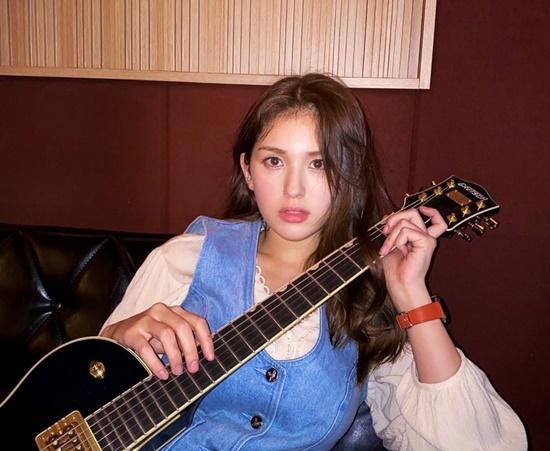 Jeon Somi xinh xắn đúng tuổi 19 khi trang điểm nhẹ nhàng.