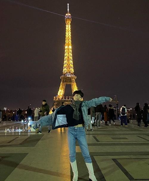 Yeri tạo dáng phóng khoáng trước tháp Eiffel.