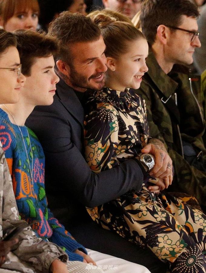 <p> Harper gây chú ý khi diện bộ váy do chính mẹ thiết kế. Cô bé được khen ngày càng xinh đẹp, khuôn mặt sắc nét hơn trước. Từ bé, Harper đã được bố dẫn đi xem các show của mẹ, luôn được bố âu yếm cho ngồi lên đùi.</p>