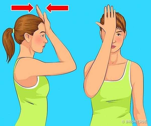 Ngồi thẳng, ấn tay lên trán bằng trán, giữ nguyên vị trí trong vòng 10 giây. Lưu ý: Nhấn tay bằng lực nhưng không được nghiêng đầu, sử dụng cơ cổ giữ chặt vị trí.