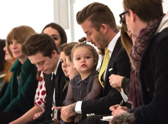 <p> Harper 2 tuổi cùng cả nhà đến cổ vũ mẹ tại New York Fashion Week năm 2014. Ảnh: <em>Reuters/Eric Thayer.</em></p>