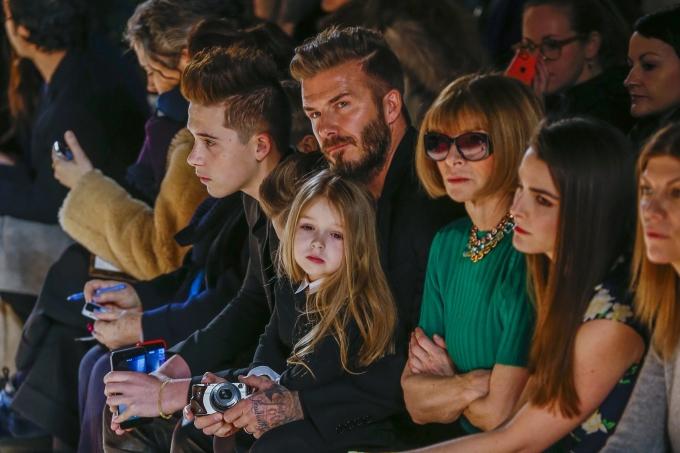 <p> Harper trông có chút buồn chán nhưng vẫn rất ngoan ngoãn ngồi trong lòng bố tại New York Fashion Week tháng 2/2015. Ảnh: <em>Reuters/Lucas Jackson.</em></p>