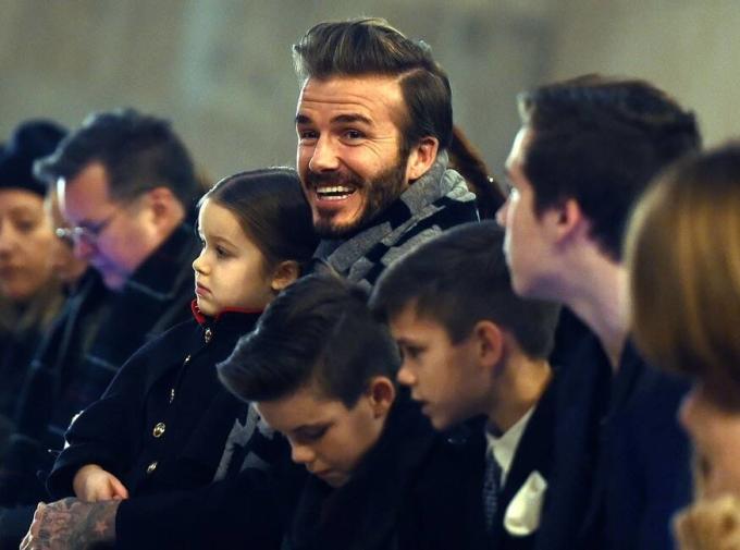 <p> Beckham rạng rỡ ôm con gái yêu xem show của vợ tại New York Fashion Week năm 2016. Ảnh: <em>Jewel Samad/AFP/Getty Images</em></p>