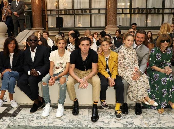 <p> Dù đã cao lớn hơn nhiều, Harper vẫn ngồi trong lòng bố xem show thời trang của mẹ tại London Fashion Week tháng 9/2019, bên cạnh là các anh trai - Romeo, Brooklyn, Cruz. Ảnh: <em>Darren Gerrish/WireImage.</em></p>