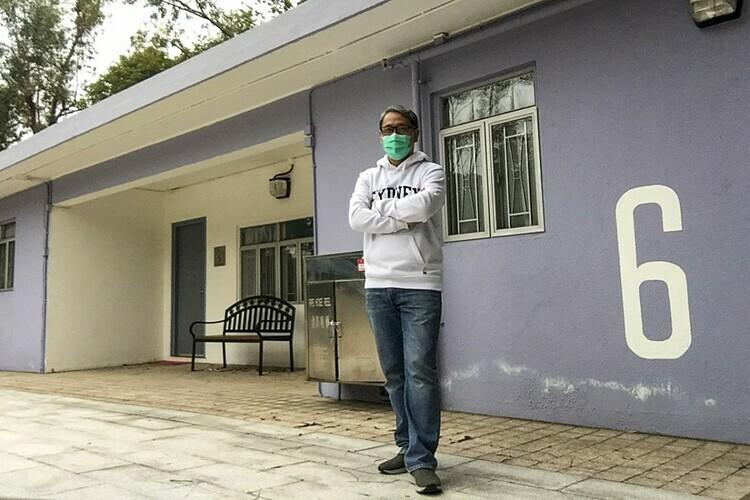 Bác sĩ Stewart Chan đứng trước ngôi nhà nơi ông bị cách ly tại Lady MacLehose Holiday Village. Ảnh: SCMP.
