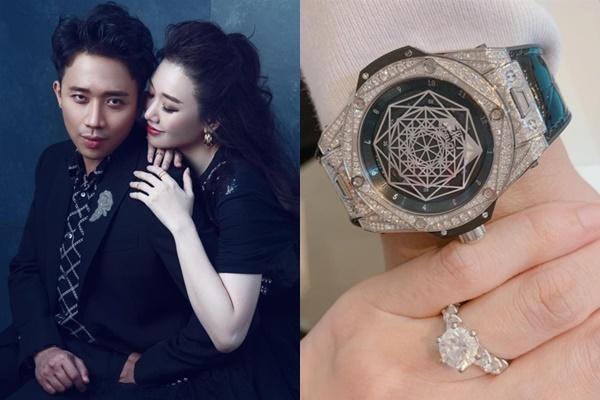 Kỷ niệm ba năm cưới, Trấn Thành tặng Hari Won nhẫn kim cương. Đổi lại, giọng ca Hương đêm bay xa tặng chồngchiếc đồng hồ có tên Big Bang Sang Bleu Titanium Paves của Hublot được bày bán tại store ở Việt Nam với giá hơn 850 triệu đồng.